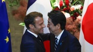 Tổng thống Pháp Emmanuel Macron (T) được thủ tướng Nhật Shinzo Abe đón tiếp tại Tokyo ngày 26/06/2019.