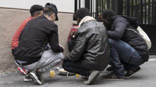 Des jeunes mineurs isolés étrangers se retrouvent parfois à la rue sans logement ni nourriture.