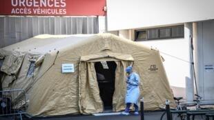Una tienda dispuesta para ingresos de emergencias por coronavirus en el hospital parisino Pitié-Salpetriere, el 27 de marzo de 2020