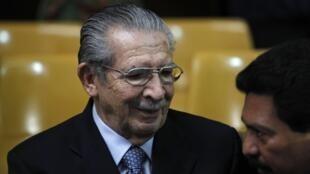 L'ancien dictateur guatémaltèque Efrain Rios Montt assiste la dernière session de son procès pour génocide devant la Cour suprême de justice, le 10 mai 2013.