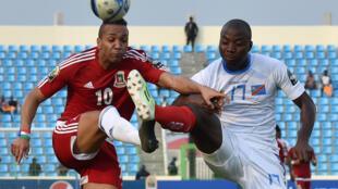 Cette petite finale fut accrochée, mais finalement Cédric Mongongu (droite) et la RDC ont pris le dessus sur la Guinée équatoriale d'Emilio Nsue.