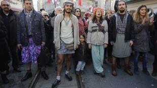 Polícia tinha previsto esquema de segurança para protesto de homens de saia na Turquia.
