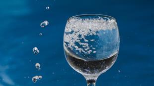 Un simple vaso de agua podría esconder miles de fibras de plástico.