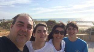 Claudia e Fábio Ajbeszyc, com os filhos Rafael e Juliana, em Israel.