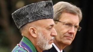 O presidente afegão, Hamid Karzai, e o presidente alemão, Christian Wulff, durante encontro em Berlim, nesta terça-feira.