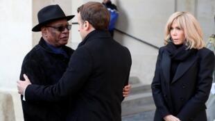 Le président malien Ibrahim Boubacar Keita salue son hommologue français Emmanuel Macron lors de la cérémonie d'hommage, le 2 décembre 2019 à Paris.