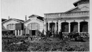 Nhà máy sản xuất diêm đầu tiên ở Bắc Kỳ, trên đường Huế, Hà Nội. Ảnh chụp từ cuốn Bắc Kỳ năm 1900 của Robert Dubois.