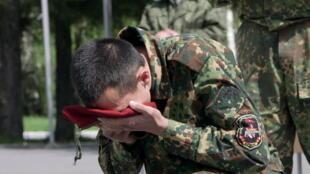 Un jeune Spetsnaz russe reçoit son béret rouge après avoir réussi les épreuves de sélection.