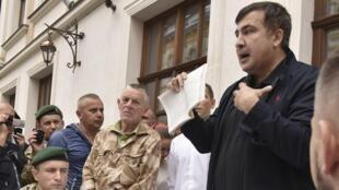 Mikheïl Saakachvili (à droite) s'exprime lors d'une visite des douaniers de Lviv, à l'ouest de l'Ukraine, le 12 septembre 2017.