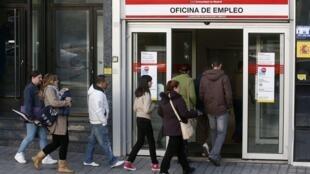 Espanhois fazem fila diante de agência de emprego na capital Madrid nesta sexta-feira.