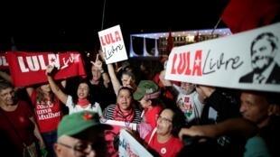 Des soutiens de l'ancien président brésilien exultent après l'arrêt rendu par la Cour suprême à Brasilia, le 7 novembre 2019.