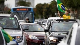 Des supporters de Jair Bolsonaro manifestent contre les mesures de confinement préconisées par l'OMS le 27 mars 2020 à Manaus.