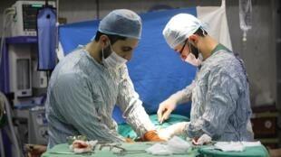 Des médecins syriens réalisent une chirurgie à l'hôpital dans la province de Idleb, le 4 septembre 2018.