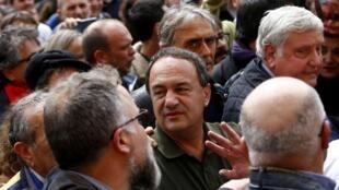 O julgamento de Domenico Lucano (centro), ex-prefeito de Riace, teve início nesta terça-feira (11).