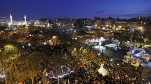 Milhares de pessoas foram às ruas em Paris neste domingo (11) em homenagem as vítimas do atentado à revista Charlie Hedbo, e dos acontecimentos que o sucederam.