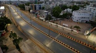 Rues vides dans la ville indienne d'Ahmedabad soumise à un confinement local, le 24 mars.