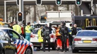 Polícia holandesa no local do ataque em Utrecht, nesta segunda-feira (18)