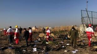 Les équipes de secours sur les lieux du crash de Téhéran, ce mercredi 8 janvier 2020 près de l'aéroport de Téhéran.