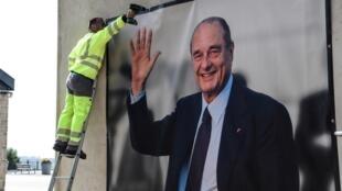 A Sarran, en Corrèze, une photo géante de Jacques Chirac a été installée sur la façade du musée qui lui est dédié.