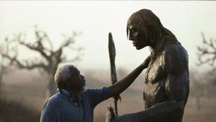 Le sculpteur sénégalais avec l'une de ses oeuvres