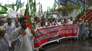 Des partisans du parti politique religieux Jamaat-e-Islami (JI), ont crié des slogans anti-indiens lors d'une manifestation à Islamabad le 6 août 2019, un jour après que l'Inde eut privé la région controversée du Cachemire de son autonomie particulière.