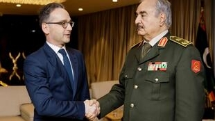 Une conférence internationale sur la Libye doit se tenir à Berlin sous l'égide des Nations unies, ce dimanche 19 janvier 2020. Le ministre allemand des Affaires étrangères Heiko Maas (G) a rencontré le maréchal Khalifa Haftar (D) jeudi 16 janvier 2020.
