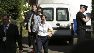 Policiais franceses e britânicos vasculharam hoje a casa da família assassinada, em Claygate, subúrbio de Londres.