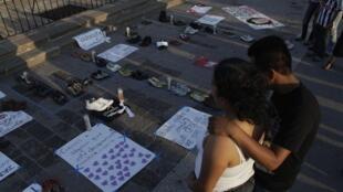 Memorial en Monterrey para las 49 víctimas cuyos cuerpos mutilados fueron encontrados al borde de una carretera, en Cadereyta, mayo de 2012.