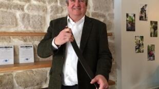 Kolja Kuse, inventor of CFS (Carbon Fibre Stone) shows it can be as flexible as aluminium