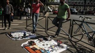 Vendedores ambulantes en el barrio de La Chapelle, París, el pasado 27 de mayo de 2017.