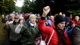 Тысячи человек выстроились с молитвами вдоль польско-чешской границы. 7 октября 2017.