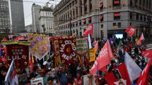 Simpatizantes del Partido de los Trabajadores (PT)  desfilan en San Pablo el 5 octobre 2018