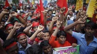 Essa é a segunda vez esse mês que os empregados da indústria têxtil manifestam nas ruas de Bangladesh.