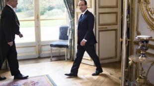 Chegada do presidente francês, François Hollande para participar da reunião com os chefes de Estado e de Governo da União Europeia no Palácio do Eliseu neste 12 de novembro de 2013.
