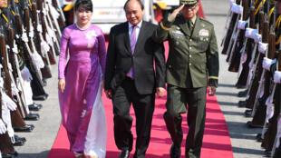 Thủ tướng Việt Nam Nguyễn Xuân Phúc (G) và phu nhân tới Manila, Philippines, dự thượng đỉnh ASEAN, ngày 28/04/2017.