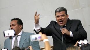 Le député Luis Parra qui s'est autoproclamé le 5 janvier 2020 président du Parlement (d) a été placé sur une liste noire par Washington avec six autres membres du gouvernement.
