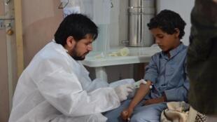 wani likita na yiwa wani yaro mai shekaru 9 da ya kamu da cutar cholera magani a cibiya MSF dake kasar Yémen, mayu 2017.