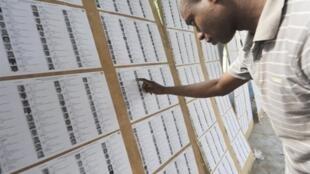 Un homme consulte les nouvelles listes électorales établies par la CEI (Commission électorale indépendante), le 20 juillet 2010.