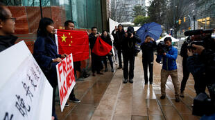 Người ủng hộ đòi trả tự do cho bà Mạnh Vãn Châu trước Tòa án Tối cao Vancouver, Canada, ngày 11/12/2018.