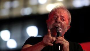 O PT lançou Lula como pré-candidato à presidência um dia depois da confirmação de sua condenação à prisão.