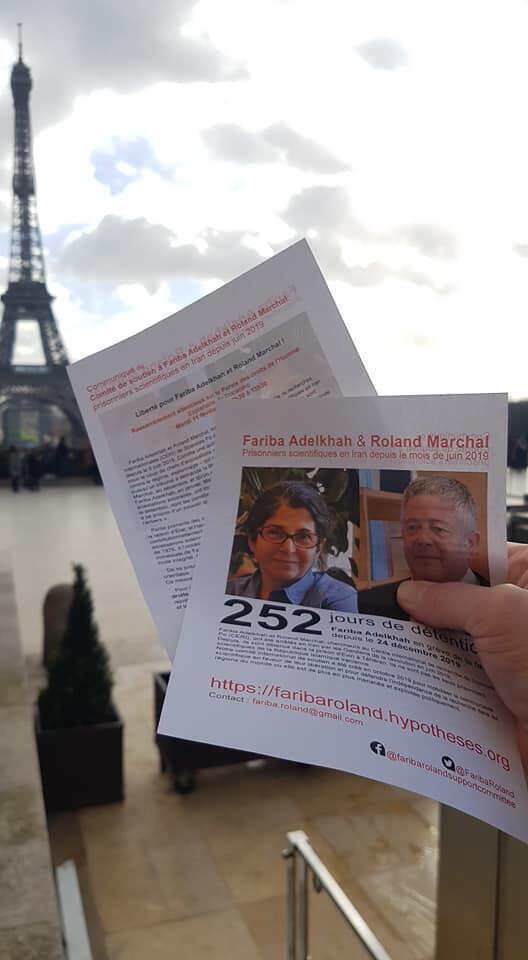 Manifestación frente a la Torre Eiffel a favor de la liberación de ambos investigadores franceses detenidos en Irán desde junio pasado.