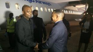 Le vice-Premier ministre en charge de l'Intérieur Emmanuel Ramazani Shadary accueilli à Kananga à la descente de l'avion par le vice-gouverneur du Kasai-Central, Justin Milonga.