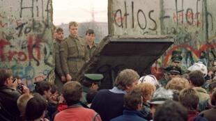 Une ouverture dans le Mur de Berlin à côté de la Porte Brandebourg, le 21 novembre 1989.