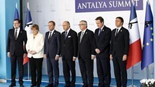 Em Antalya na Turquia, onde acontece a Cúpula do G20, sete líderes europeus (Mariano Rajoy, Angela Merkel, Donald Tusk, Laurent Fabius, Jean-Claude Juncker, David Cameron et Matteo Renzi) fizeram uma homenagem as vítimas dos atentados em Paris.e silence.