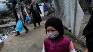 Une enfant dans le camp de réfugiés et de migrants de Moria, sur l'île grecque de Lesbos, le 2 avril 2020.