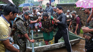 Солдаты индийской армии спасают людей на окраине Кочина, крупнейшего города штата Керала. 15.08.2018