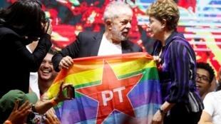 Luiz Inacio Lula da Silva et Dilma Rousseff, peu avant l'ouverture du congrès du Parti des travailleurs, le 22 novembre à Sao Paulo.
