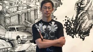 Oscar Oiwa, artista plástico, diante de uma de suas obras na Maison de la Culture du Japon, em Paris.