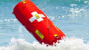 La bouée  Emily et ses détecteurs de noyade filant à une vitesse d'environ 32 km/h peut rapatrier jusqu'à cinq naufragés à la fois vers la terre ferme.