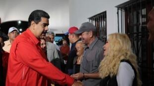 委內瑞拉總統在周日參加公投投票畫面